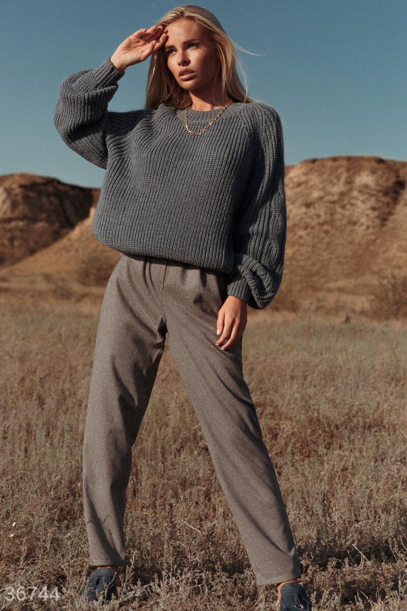Свободные брюки из мягкой смесовой шерсти в мелкий принт «гусиная лапка» — многофункциональный предмет гардероба. Модель с высокой посадкой и защипами на поясе будет одинаково хорошо смотреться как с кедами и футболкой, так и с классическими блузами и лод