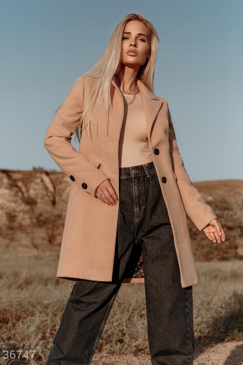 Универсальное пальто: лаконичное, однотонное, в нейтральном бежевом оттенке. Эта укороченная бежевая модель – идеальный вариант для базового гардероба. Оно гармонично дополнит образ в любом стиле – и с джинсами, и с юбкой любой длины. Модель дополнена про