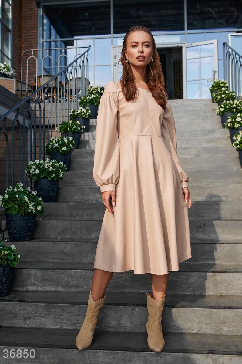Фото 2 - Лаконичное кожаное платье бежевого цвета