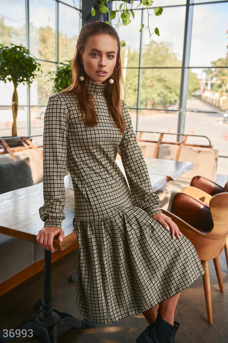 Клетчатое прямое платье с воланом