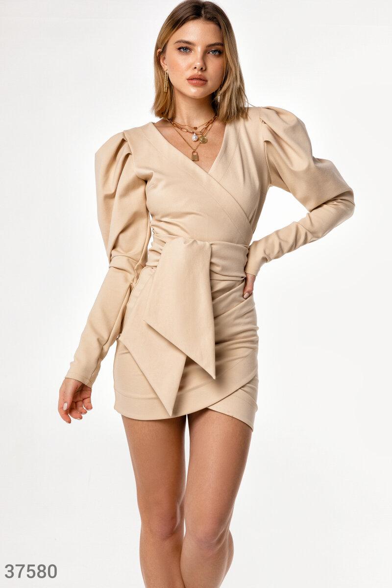 Короткое платье светлого оттенка