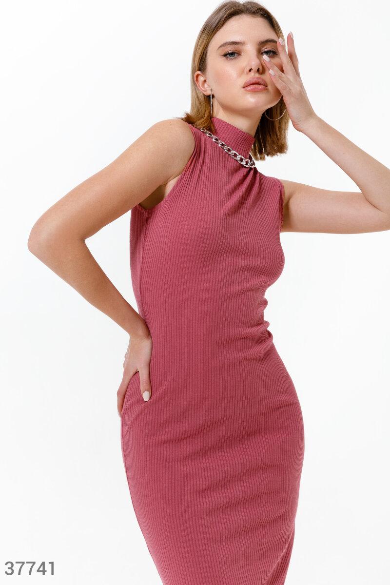 Пудровое приталенное платье