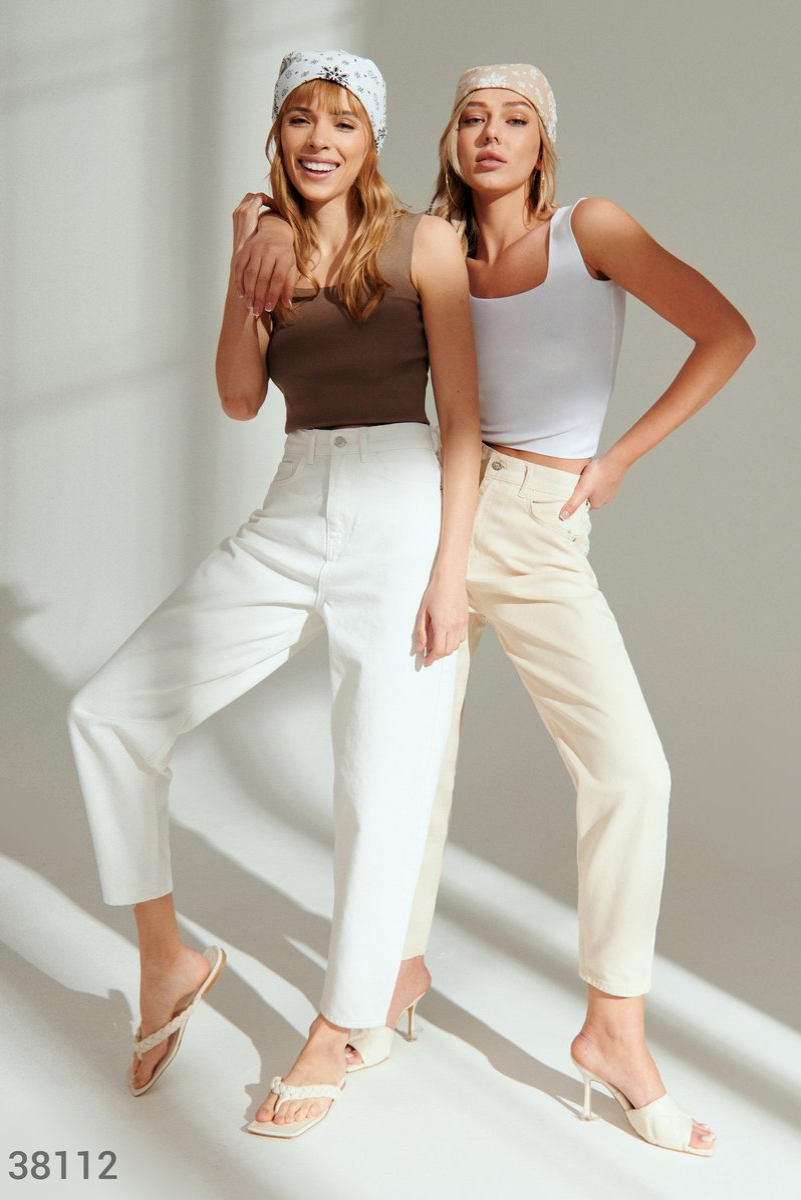 Прямые джинсы молочного оттенка