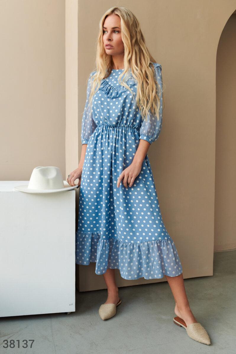 Нежно-голубое платье с воланами
