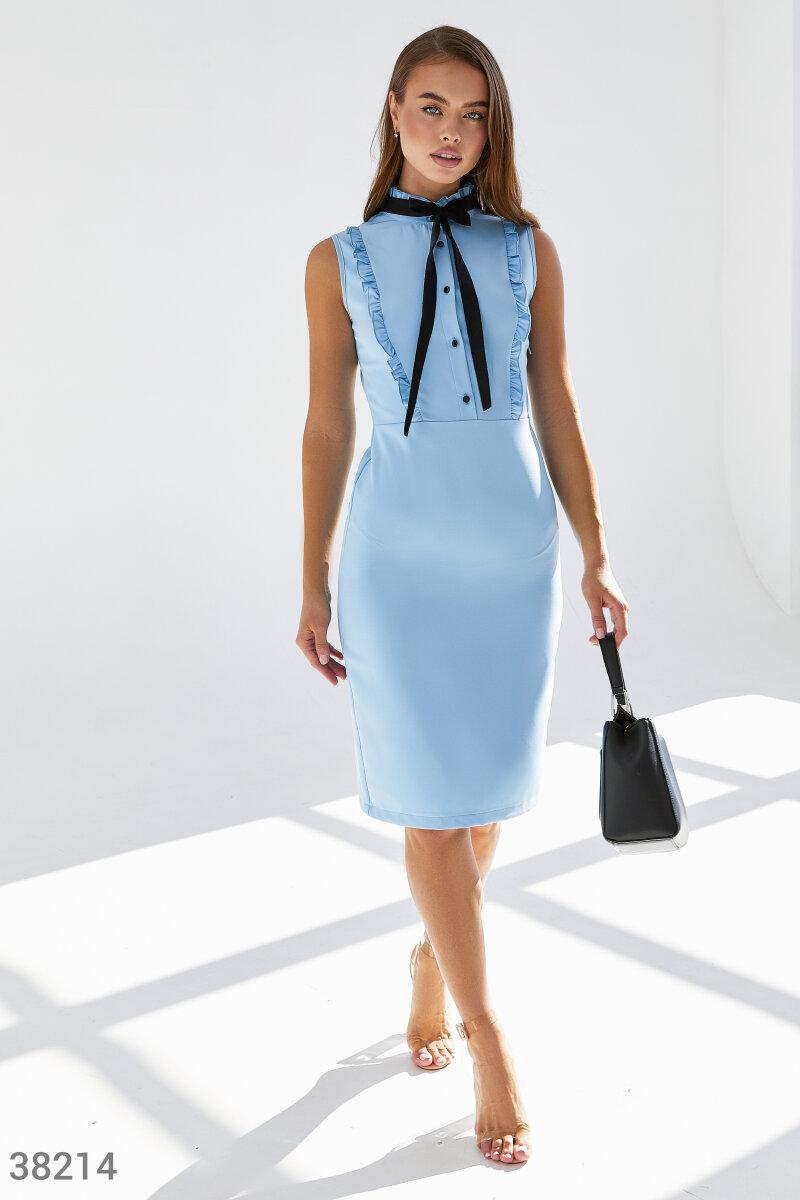 Голубое платье-футляр с оборками