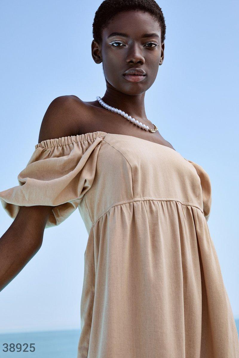 Бежевое платье из мягкой ткани