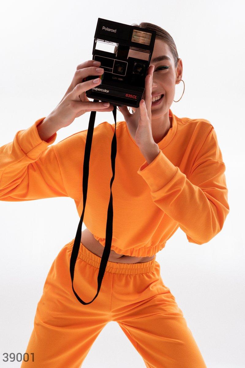 Оранжевый костюм с укороченным свитшотом