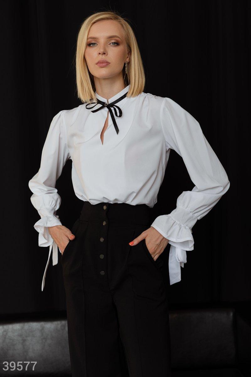 Белая блуза свободного кроя