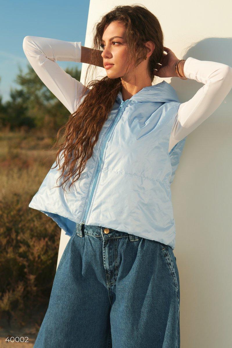 Голубая жилетка с капюшоном