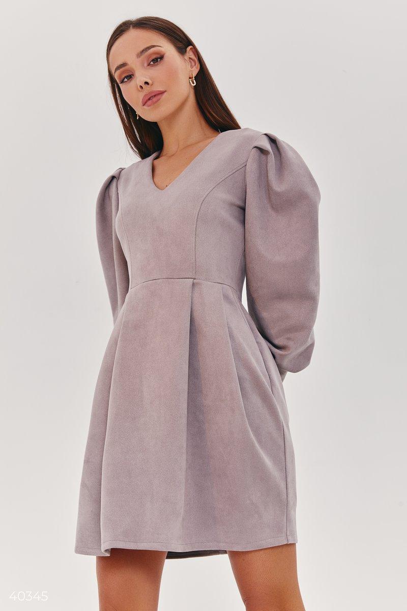 Замшевое платье светло-серого цвета