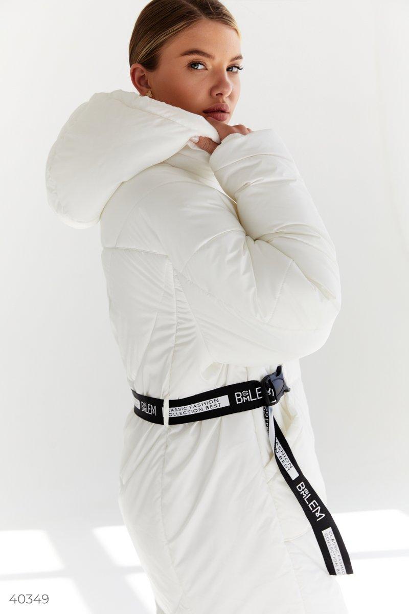 Теплая молочная куртка с капюшоном, в комплекте со сьемным черным поясом с надписями. Особенности: в роли утеплителя выступает – синтепон (150 г/м2). Обращаем внимание, что изделие рассчитано на температуру до -5°С.