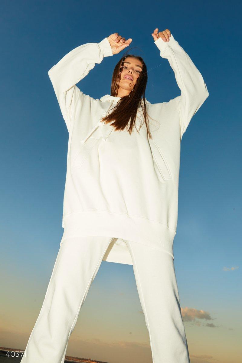 Дизайнеры в новой коллекции представили толстовку белого цвета с эмблемой Gepur на спинке. Модель стилизована крупными шнурками, капюшоном, смежным карманом, выполнена из смесового хлопка. Вы сможете совмещать ее с джинсами или трендовыми джоггерами, крос