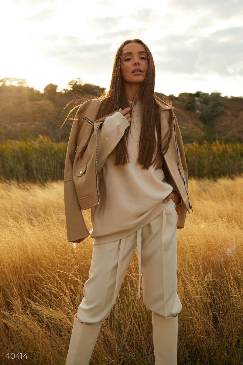 Светло-бежевый свитшот, выполнен из смесового хлопка, станет базовой частью вашего гардероба. Удлиненный вариант вы сможете удачно совмещать в различных образах, к примеру, с прямыми джинсами, ботинками с трендовым квадратным носком, а в качестве аксессуа
