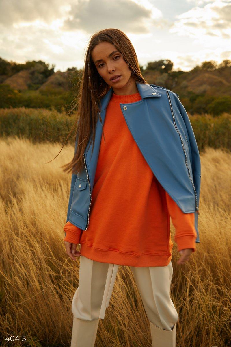 Оранжевый свитшот, выполнен из смесового хлопка, станет базовой частью вашего гардероба. Удлиненный вариант вы сможете удачно совмещать в различных образах, к примеру, с прямыми джинсами, ботинками с трендовым квадратным носком, а в качестве аксессуара вы