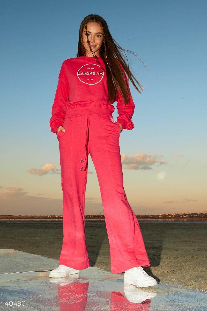 Малиновые брюки палаццо, выполненные из смесового хлопка, дополнены дизайнерами Gepur эластичной вставкой и шнуровкой в поясе для вашего комфорта. Тренд на широкие брюки успешно закрепился и продолжает быть актуальным в сезоне FW 2021/22. В сочетании с ov
