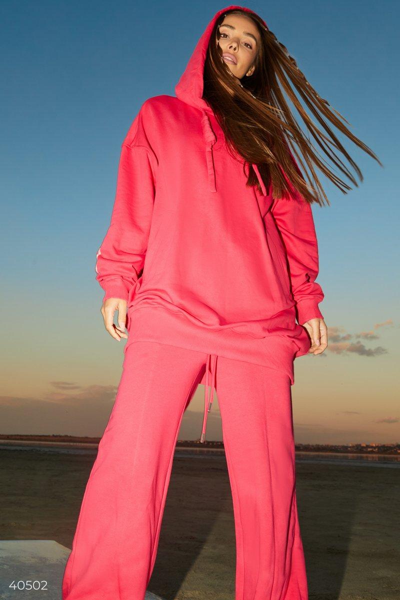 Дизайнеры в новой коллекции представили толстовку малинового цвета с эмблемой Gepur на спинке. Модель стилизована крупными шнурками, капюшоном, смежным карманом, выполнена из смесового хлопка. Вы сможете совмещать ее с джинсами или трендовыми джоггерами,