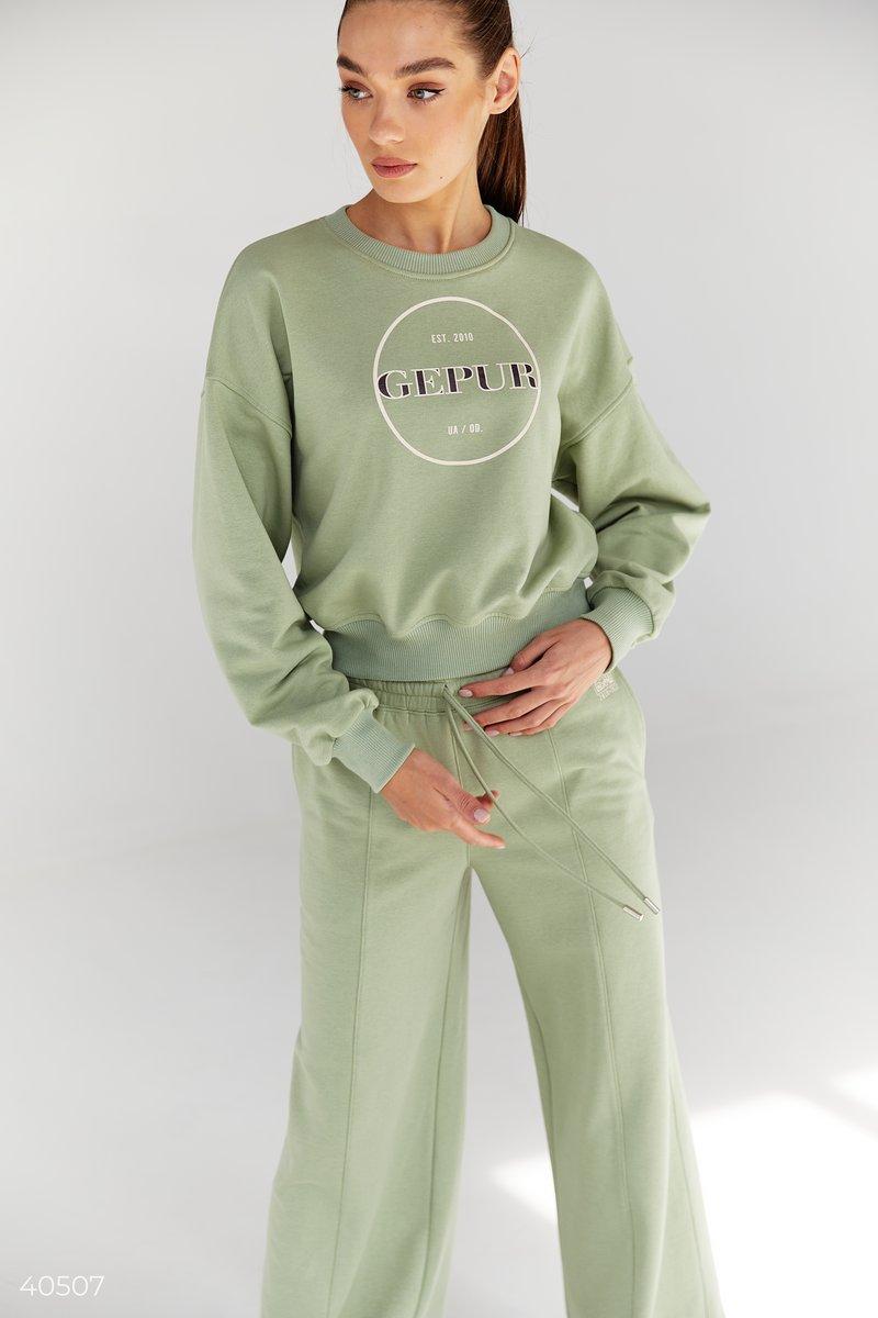 Свитшот Gepur базового кроя с круглым вырезом, длинными рукавами. Модель представлена в лаконичном фисташковом цвете. Универсальность свитшота позволяет носить его в различных вариантах, к примеру, стилизуйте образ с джинсами, массивными кроссовками и тре