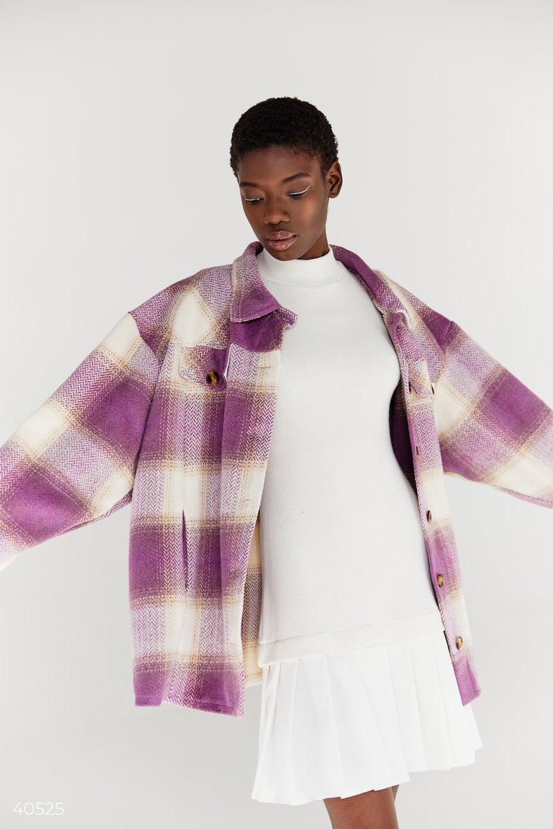 Трендовая куртка-рубашка в клетку из плотного материала. Модель oversize с отложным воротником на пуговицах, с акцентными карманами на груди. Тренд на клетку поддержали в своих коллекциях такие модные дома, как Burberry, Fendi и Christian Dior. Создайте с