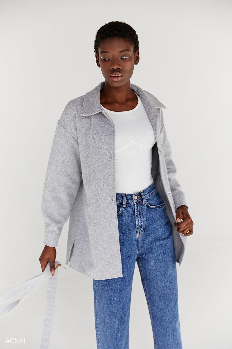 Трендовая куртка-рубашка с отложным воротником представлена в сером цвете. В комплект входит пояс, с помощью которого вы сможете подчеркнуть талию. Сочетайте модель с джинсами, накидывая её поверх топов или классических гольфов для создания стильного обра