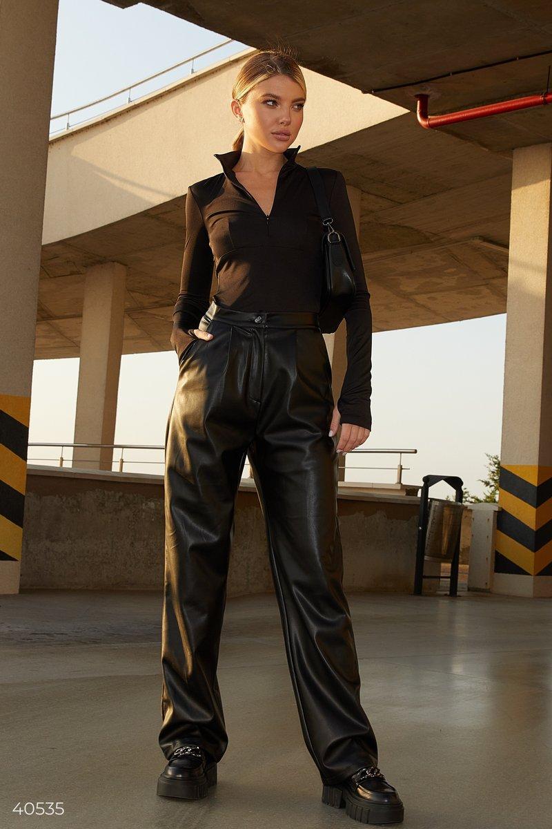 Прямые черные брюки из эко-кожи