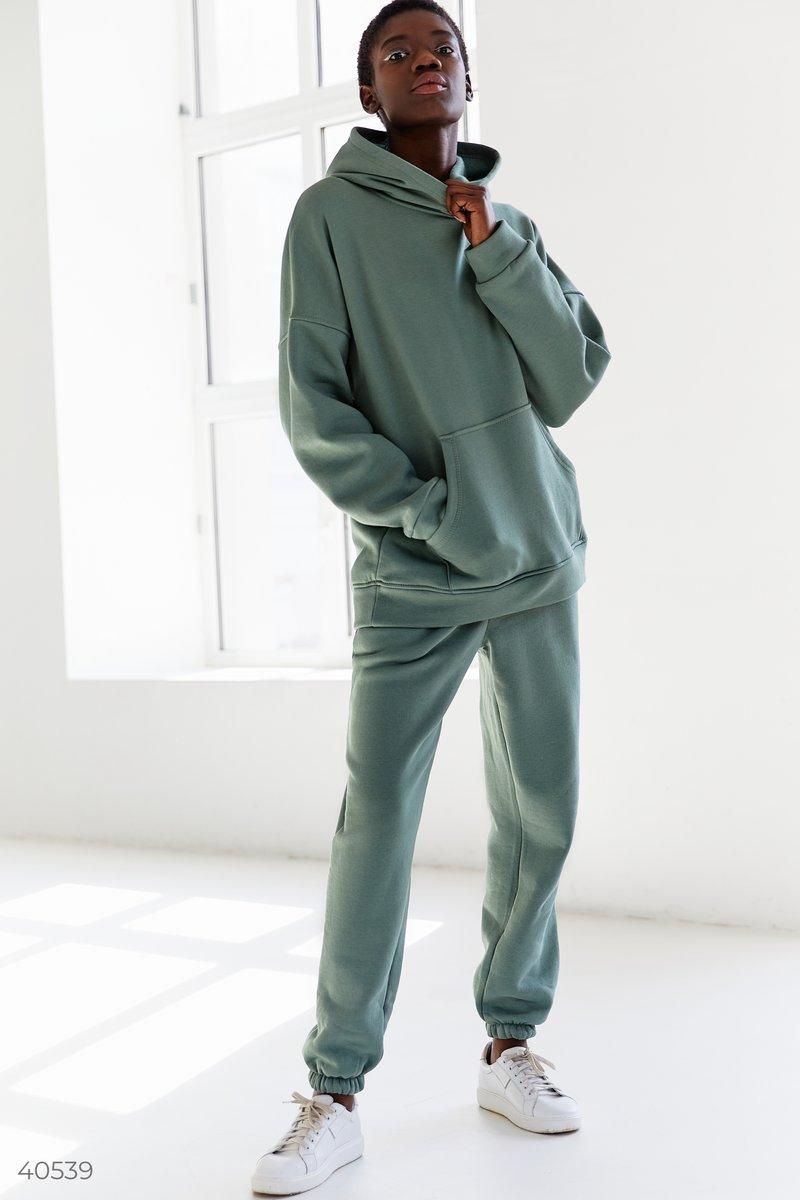 Максимально теплый костюм выполнен из мягкого трикотажа на флисе будет согревать вас и осенью, и зимой. Такие модели стали популярными еще в прошлом году и не теряют своей актуальности. Худи с капюшоном и карманами, в брюках эластичная вставка в поясе и п