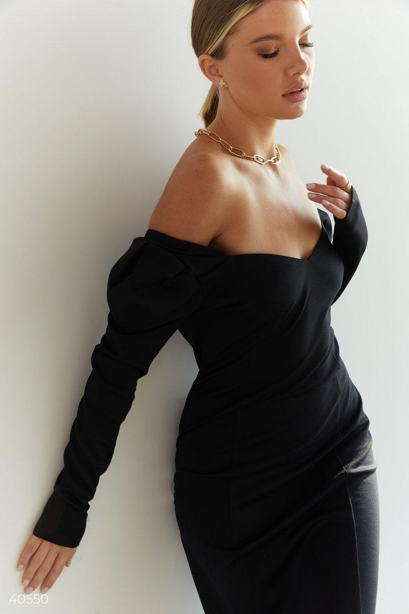Черное платье со стилизованными рукавами
