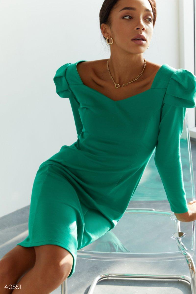 Зеленое платье со стилизованными рукавами