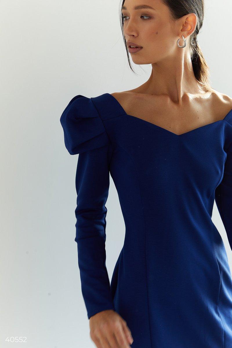 Синее платье со стилизованными рукавами