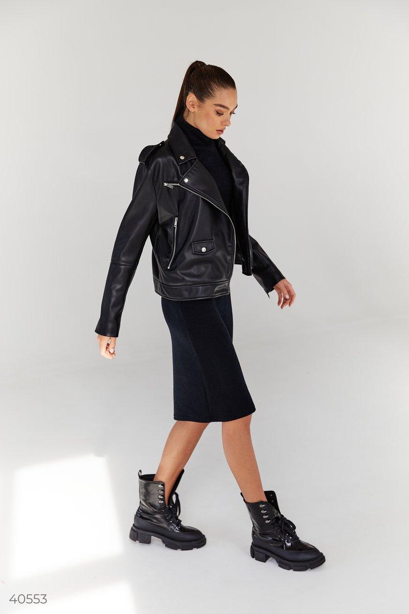 Базовое платье черного цвета выполнено из мягкого трикотажа ангора. Приталенный силуэт, воротник стойка, длинные рукава и длина миди позволят вам чувствовать себя максимально комфортно в холодные времена, и в то же время женственно. Для создания стильного
