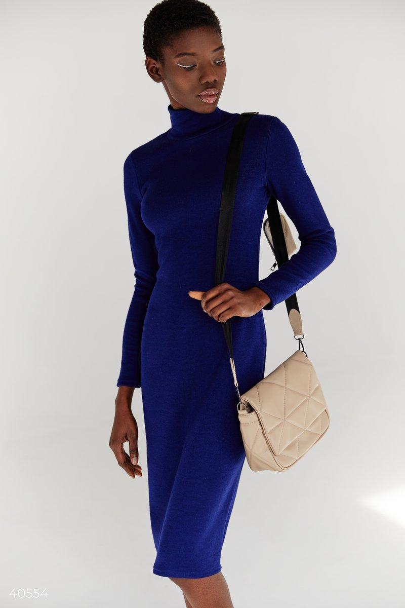 Базовое платье насыщенного синего цвета выполнено из мягкого трикотажа ангора. Приталенный силуэт, воротник стойка, длинные рукава и длина миди позволят вам чувствовать себя максимально комфортно в холодные времена, и в то же время женственно. Для создани
